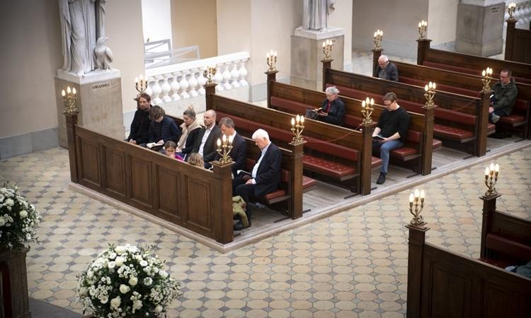 Người dân tới một nhà thờ sau khi các quy định hạn chế được nới lỏng ở Copenhagen, Đan Mạch, hôm 25/4. Ảnh: AFP.