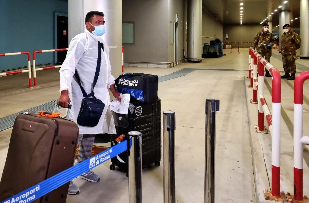 Một hành khách trên chuyến bay từ Ấn Độ tới sân bay Fiumicino ở Rome, Italy, hôm 29/4. Ảnh: AFP