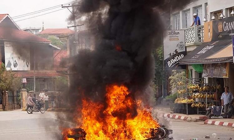 Một chiếc xe bị thiêu rụi trong cuộc biểu tình chống đảo chính ở Kyaukme, bang Shan, Myanmar, hôm 2/5. Ảnh: AFP.