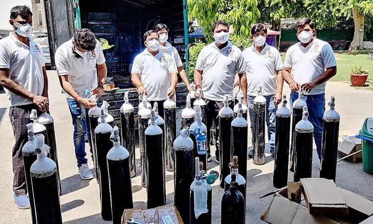 Hội Thanh niên Ấn Độ do Srinivas B.V. làm chủ tịch tập hợp các bình oxy tại thủ đô New Delhi. Ảnh: NY Times.