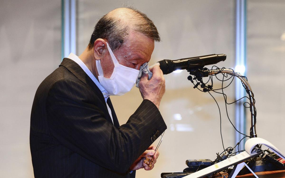 Hong Won-sik, chủ tịch tập đoàn sữa Hàn Quốc Namyang, khóc trong bài phát biểu từ chức tại Seoul hôm nay. Ảnh: Yonhap.