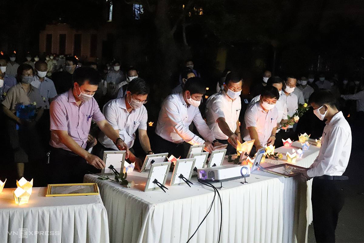 Giảng viên trường Đại học Khoa học trong lễ tưởng niệm nam sinh Nhã. Ảnh: Võ Thạnh