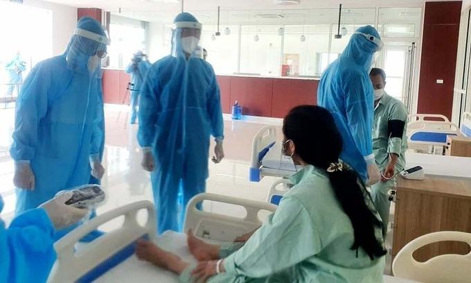 Người tiếp xúc gần bệnh nhân Covid-19 cách ly tại Bệnh viện Bạch Mai cơ sở Hà Nam, ngày 3/5. Ảnh: Mai Thanh.