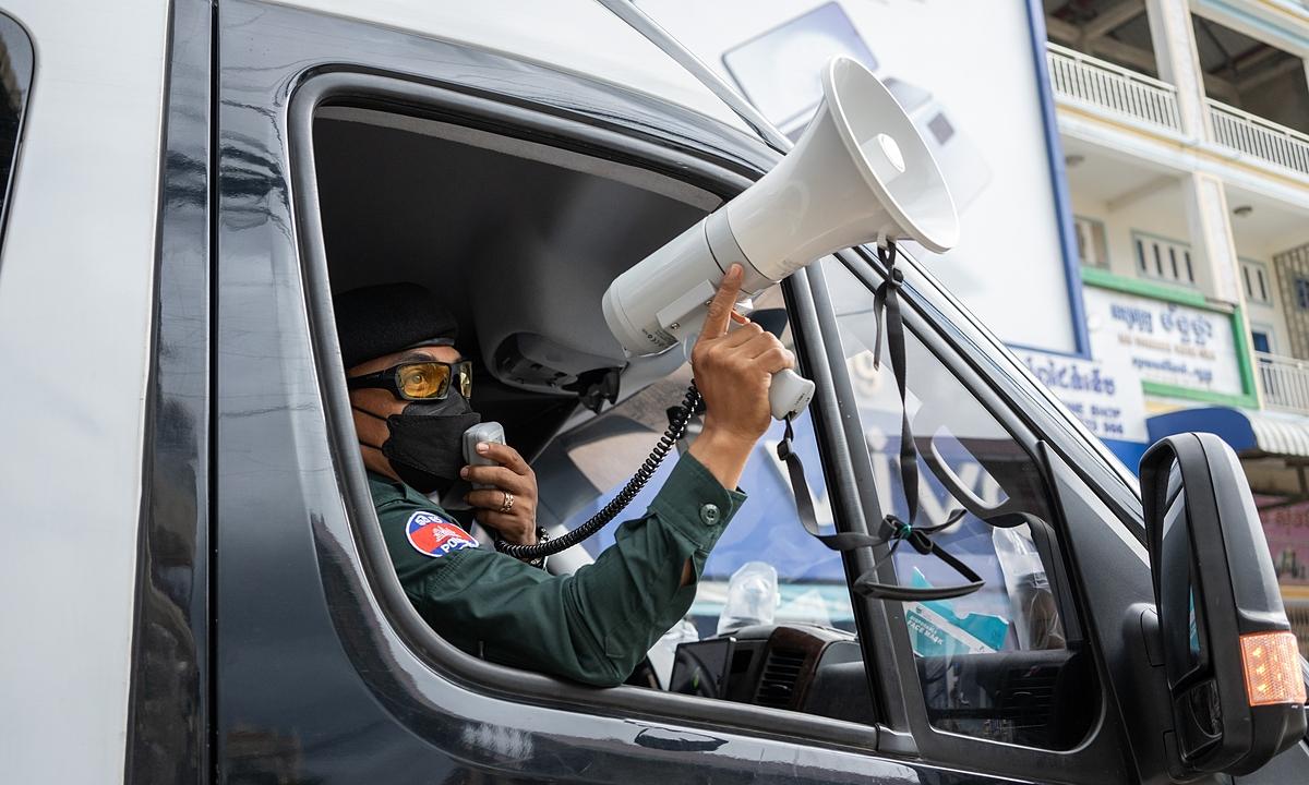 Cảnh sát quân sự tuần tra khu đỏ để đảm bảo người dân tuân thủ các biện pháp phòng dịch ở Phnom Penh ngày 23/4. Ảnh: