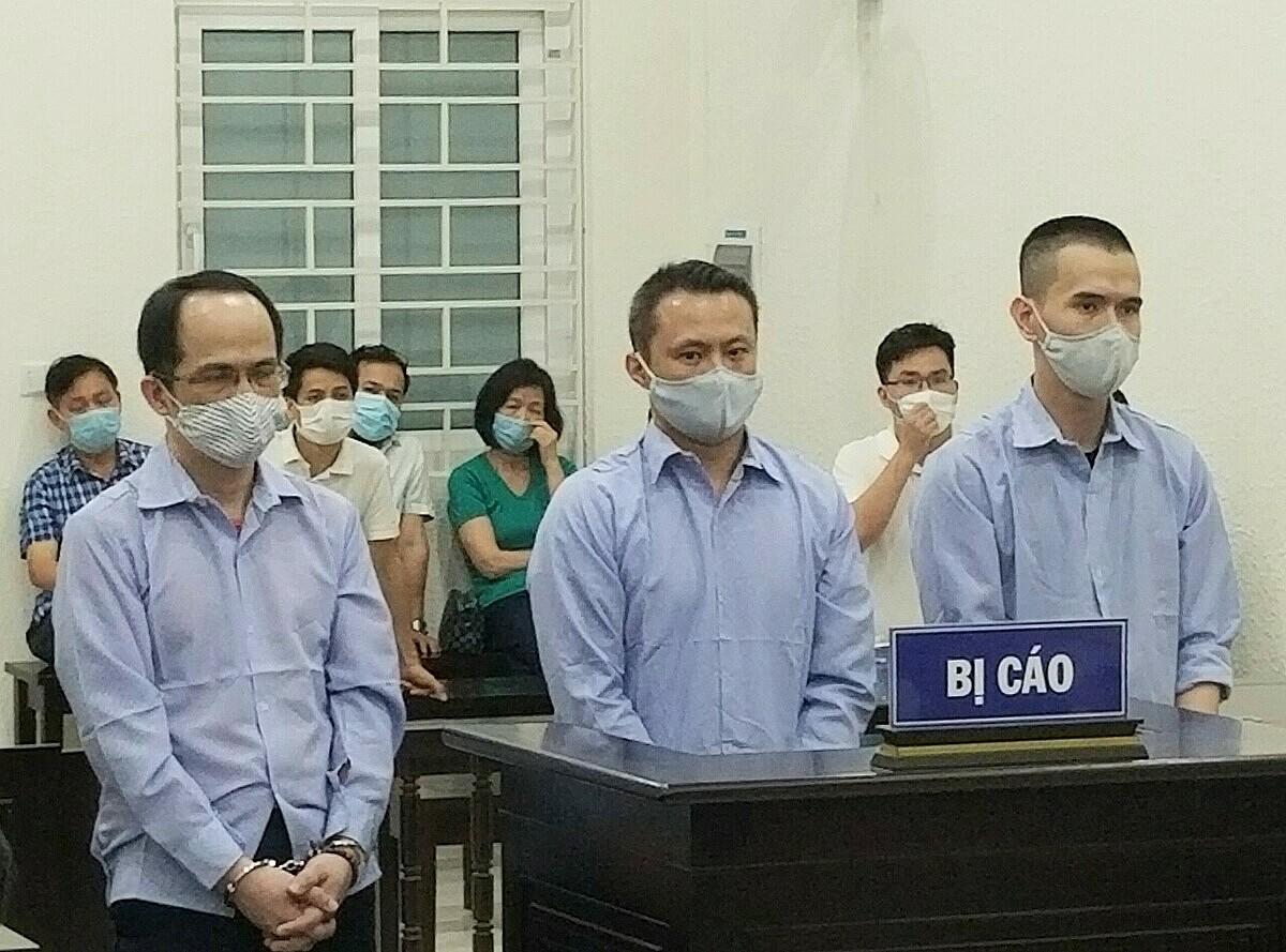 Từ trái qua: Chung, Đức và long tại phien xét xử ngày 4/5. Ảnh: Hải Thư