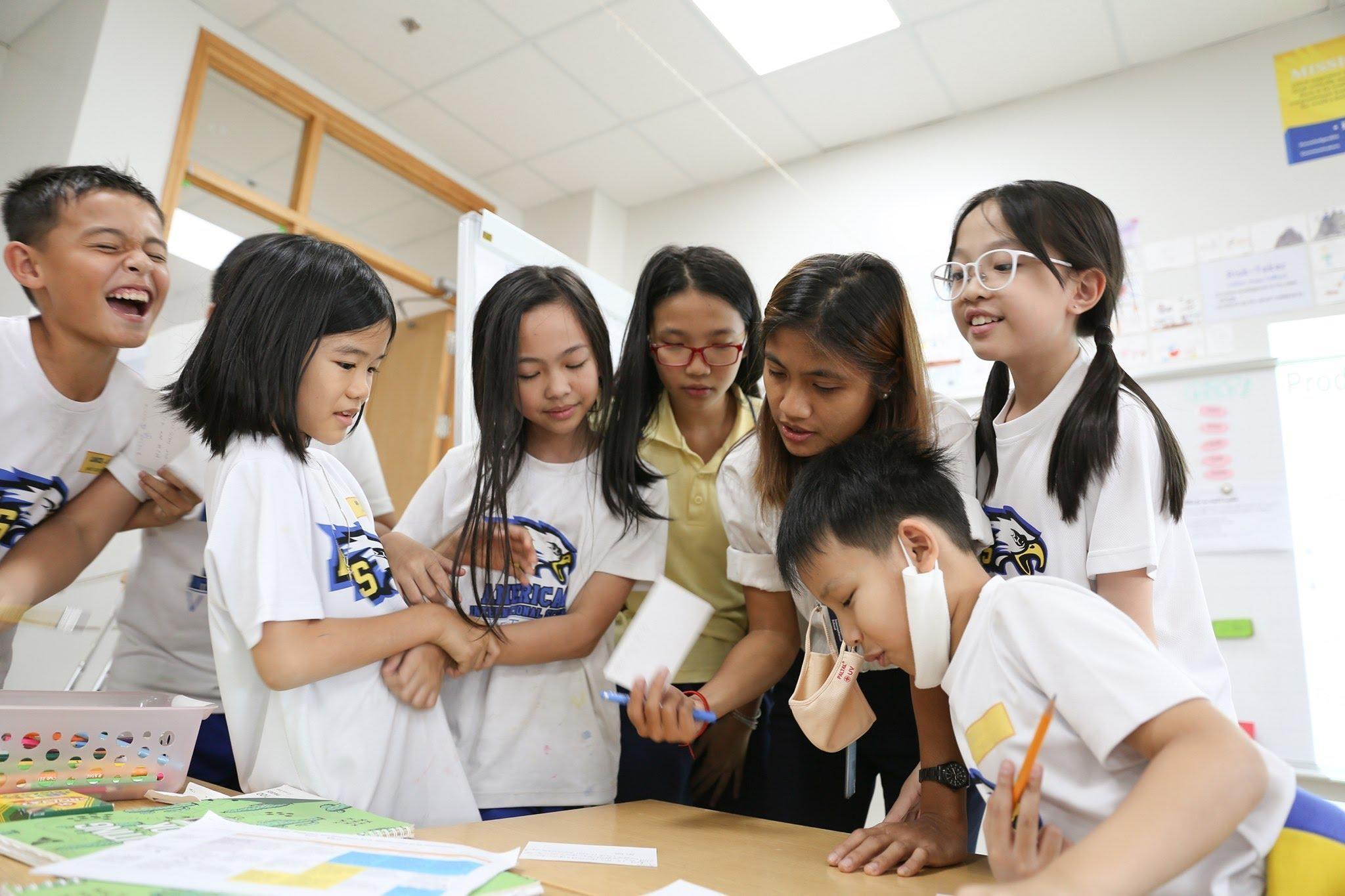 Học sinh lớp 5 tại AISVN cùng thảo luận và đưa ra ý tưởng cùng cô giáo Katrina Viloria trong một tiết học.