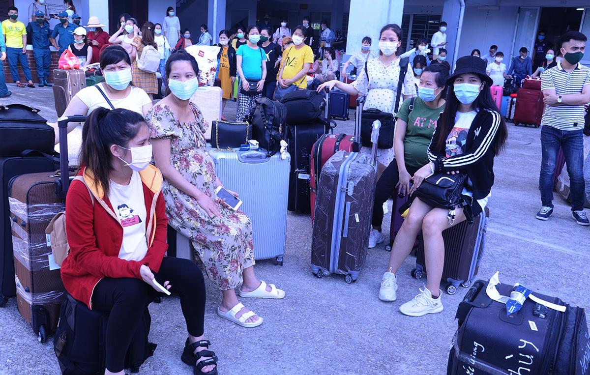 345 công dân từ Đài Loan về Quảng Nam cách ly hồi tháng 6/2020. Ảnh: Đắc Thành.