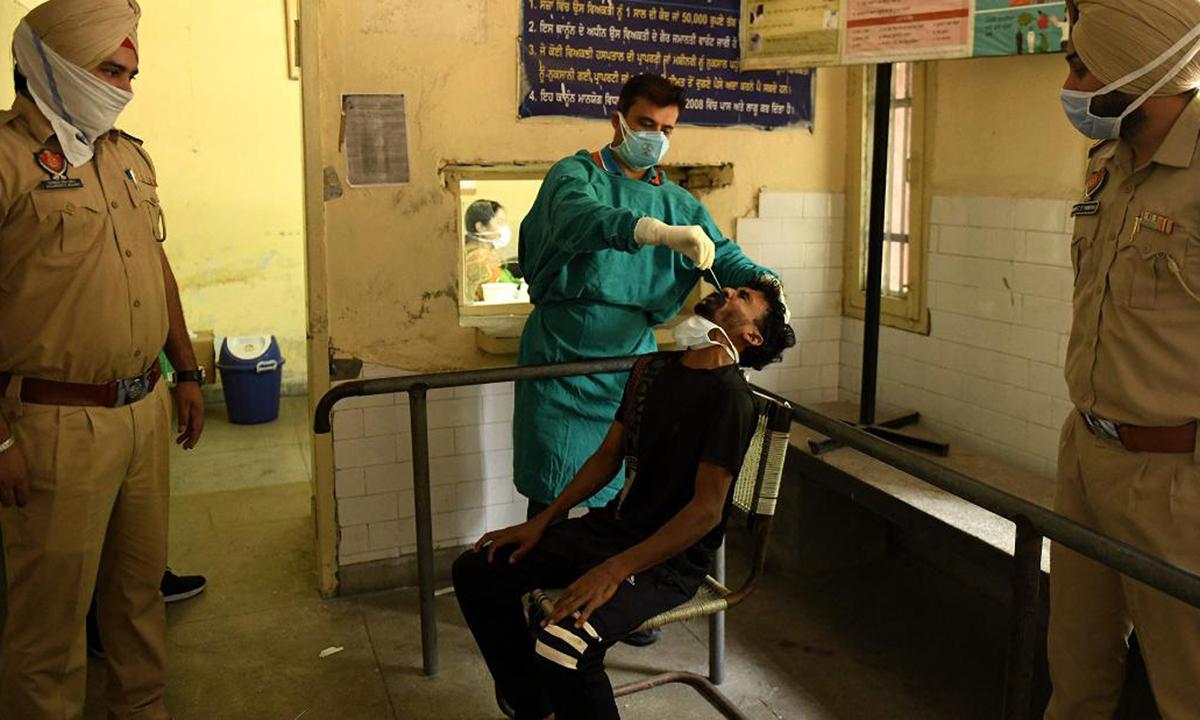 Nhân viên y tế lấy mẫu xét nghiệm nCoV tại thành phố Amritsar, bang Punjab hôm 3/5. Ảnh: AFP.