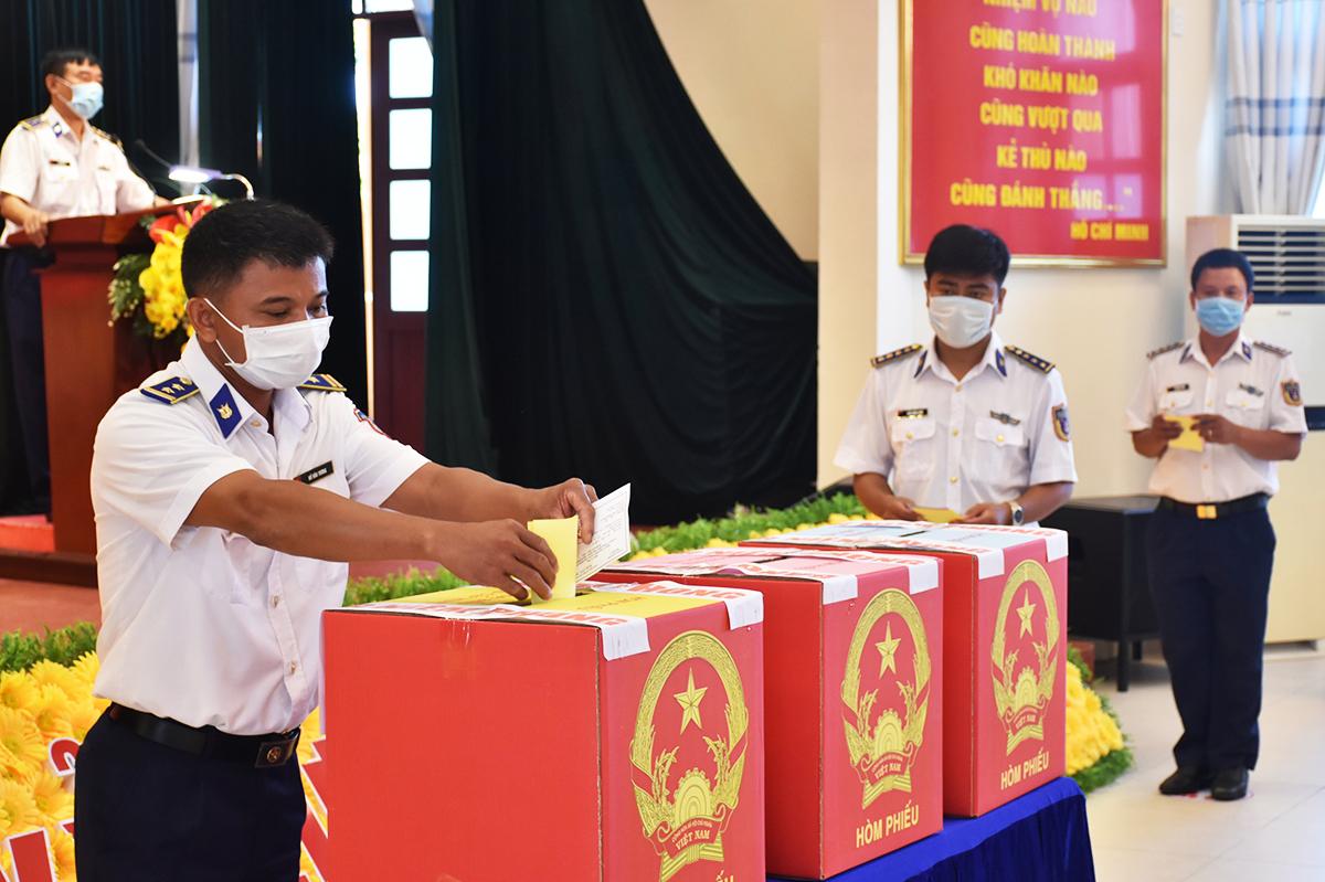 Cử tri thuộc Bộ tư lệnh Vùng cảnh sát biển 3 bỏ phiếu, sáng 4/5. Ảnh: Phan Vinh.