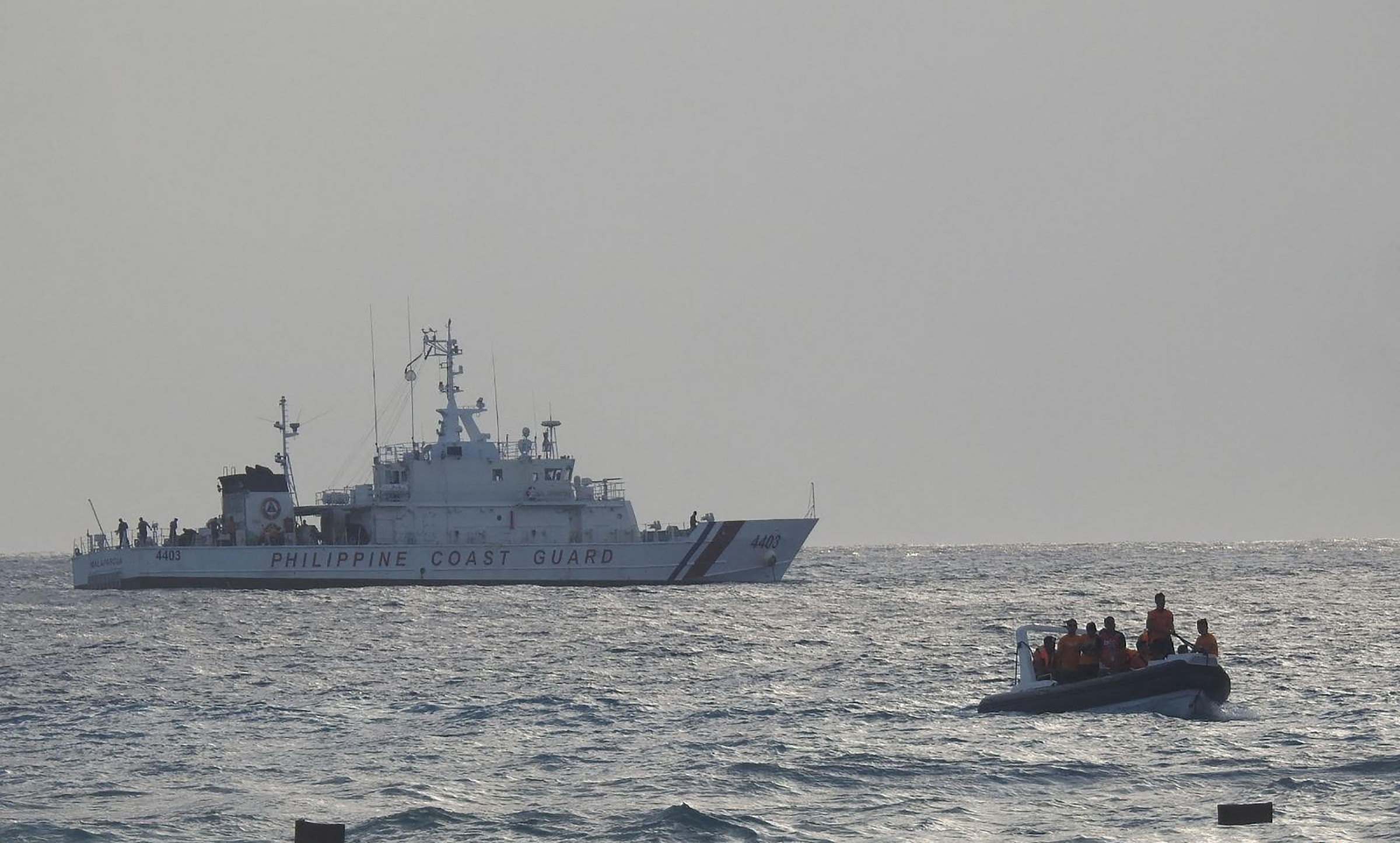 Boat and patrol boat of the Philippine Coast Guard rehearsal in the South China Sea on April 25.  Photo: AFP.