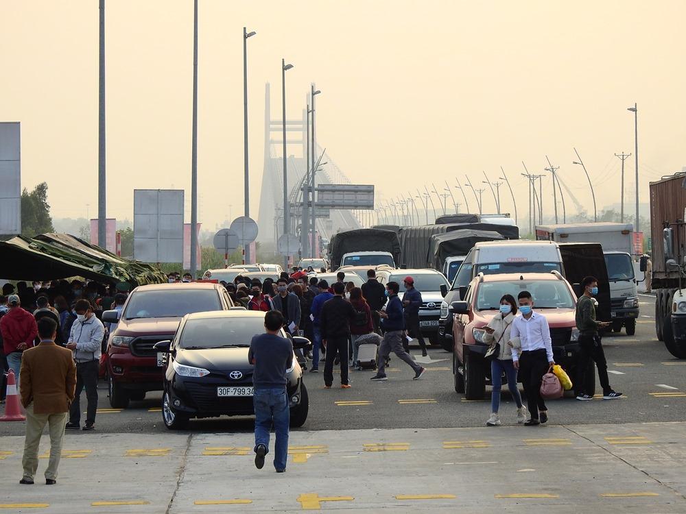 Người dân làm khai báo y tế ở Trạm thu phí cầu Bạch Đằng trước khi vào Quảng Ninh hồi giữa tháng 3. Ảnh: Minh Cương