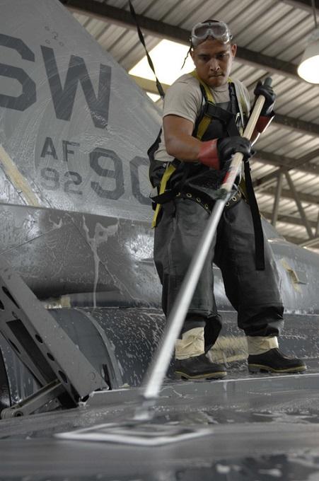 Kỹ thuật viên vệ sinh tiêm kích Mỹ. Ảnh: USAF.