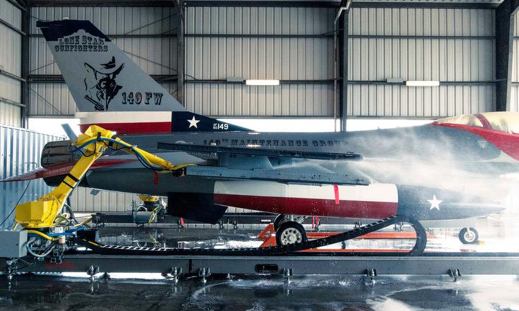 Robot vệ sinh tiêm kích F-16 Mỹ trong đợt thử nghiệm hồi tháng 4. Ảnh: USAF.