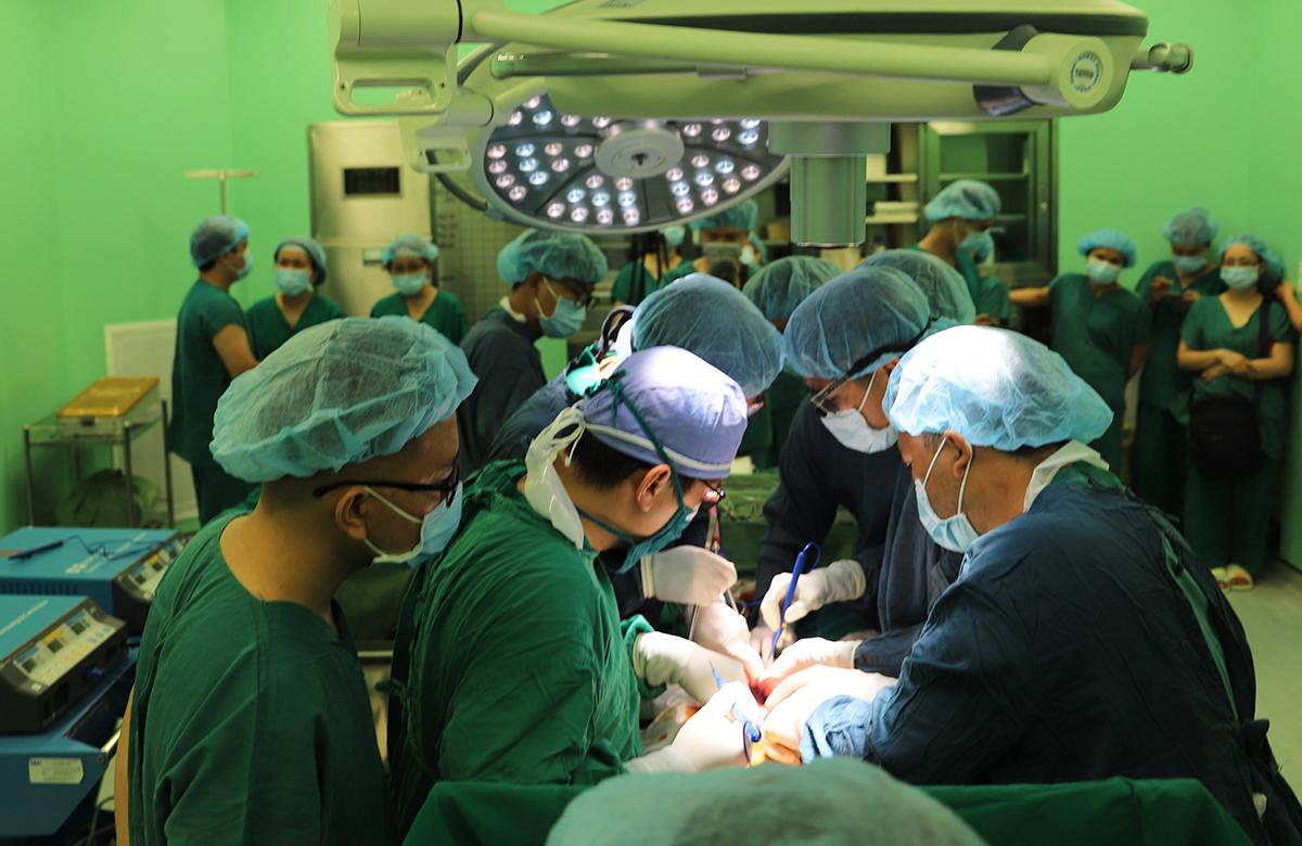 Các bác sỹ phẫu thuật lấy tạng, trưa 4/5. Ảnh: Bệnh viện Bà Rịa cung cấp.