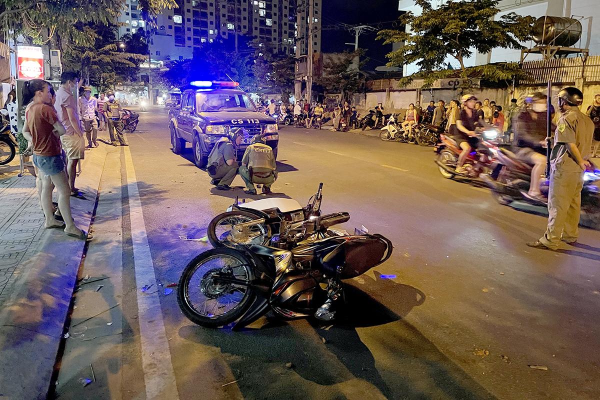 Hiện trường nổ súng trước quán cà phê ở Nha Trang khiến người phụ nữ trúng đạn, tối 3/5. Ảnh: Xuân Ngọc.