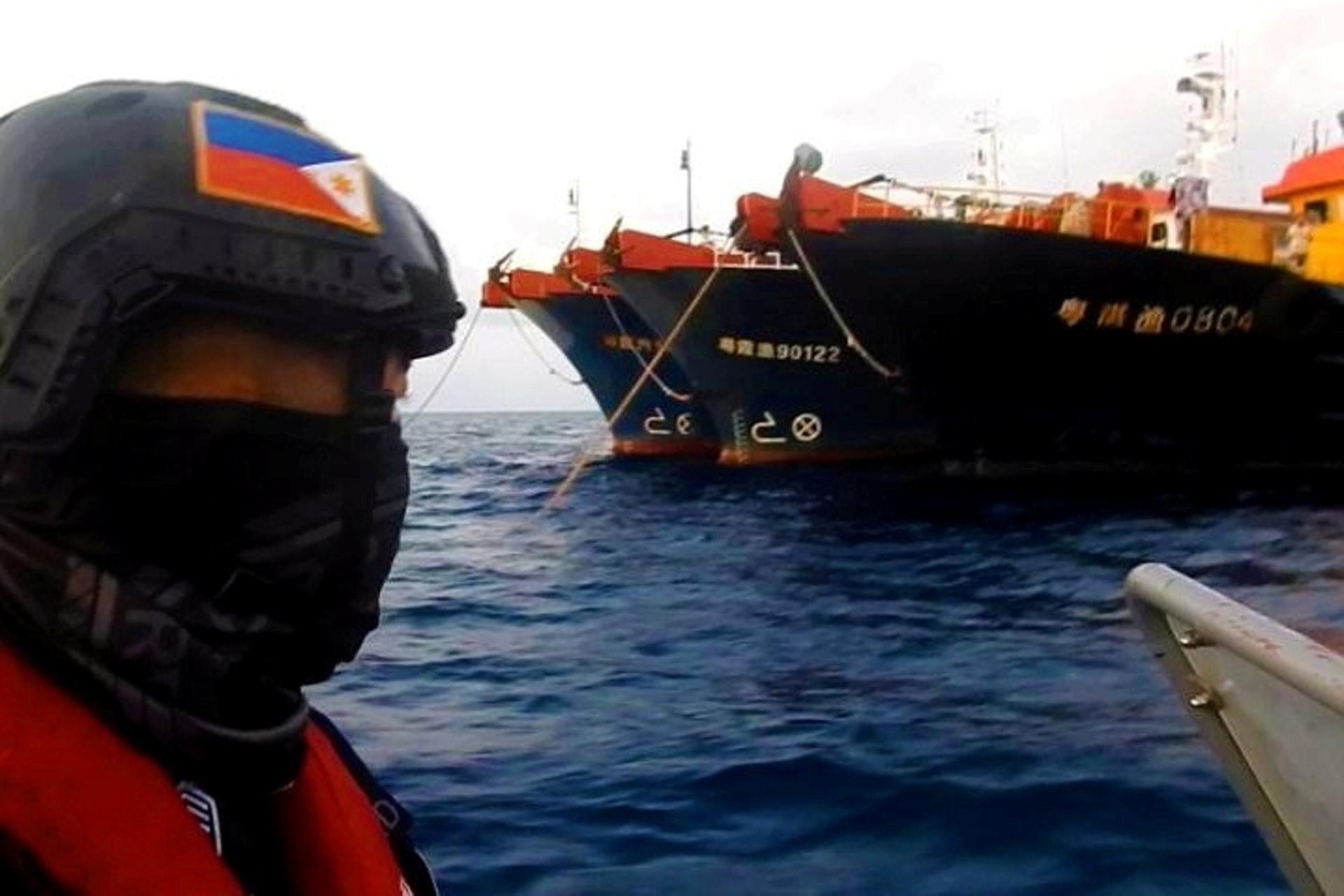 Cảnh sát biển Philippines áp sát tàu cá Trung Quốc hôm 14/4. Ảnh: PCG.