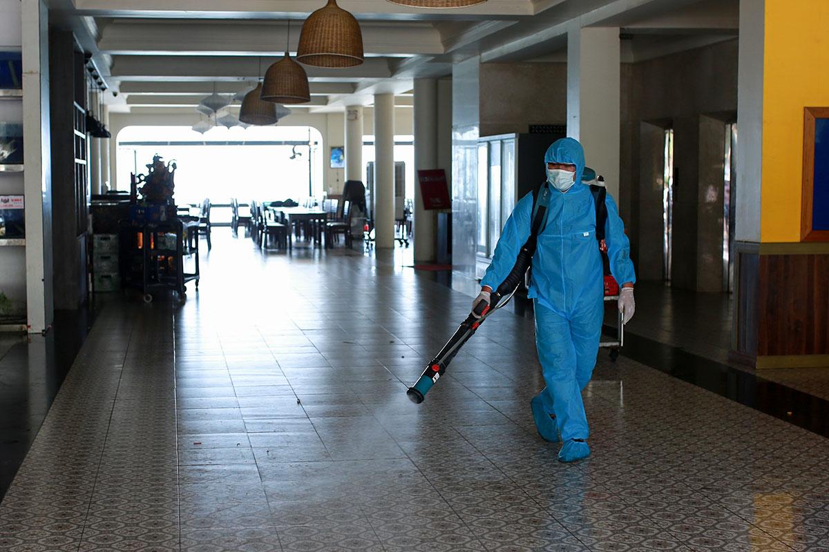 Nhân viên y tế Đà Nẵng phun khử khuẩn những địa điểm ca nhiễm Covid-19 từng đến. Ảnh: Ngọc Trường.