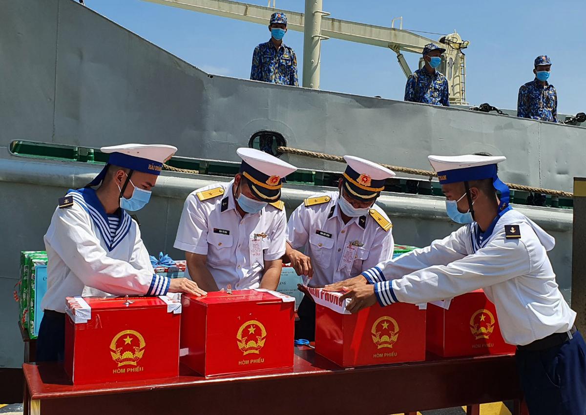 Cán bộ, chiến sĩ hải quân đang niêm phong thùng phiếu để đưa ra nhà giàn DK1 tổ chức bầu cử. Ảnh: Trường Hà.