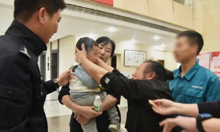 Bé Jiajia đoàn tụ với gia đình ở thành phố Hồ Châu, tỉnh Chiết Giang cuối tháng trước. Ảnh: QQ.
