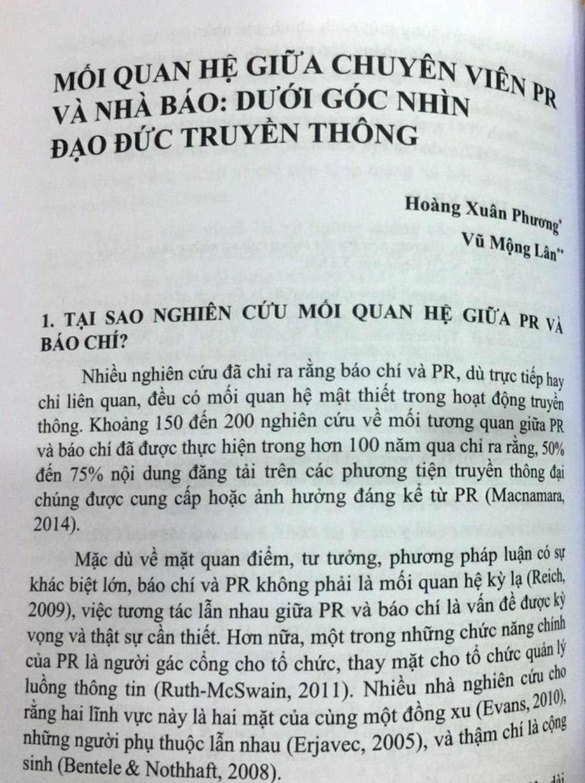 Bài viết của hai tác giả Hoàng Xuân Phương và Vũ Mộng Lân trong cuốn sách. Ảnh:Mạnh Tùng.