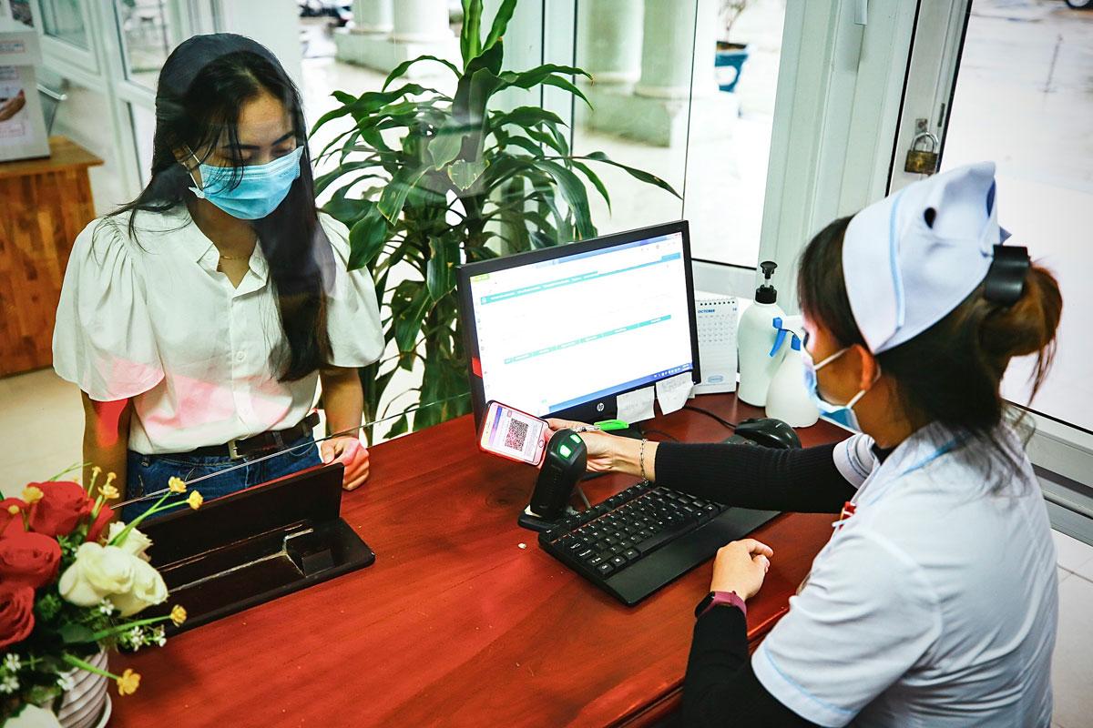 Dùng tài khoản BHXH điện tử để khám chữa bệnh tại Quảng Nam. Ảnh: Thái Mạc