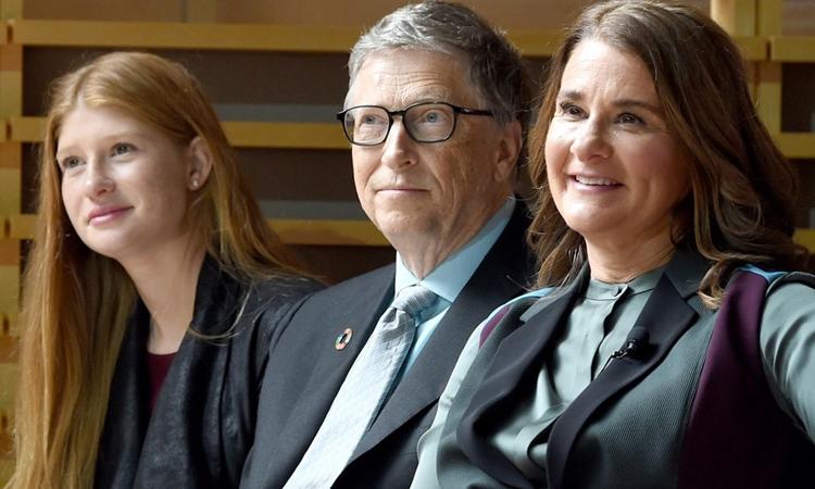 Jennifer Gates (trái) và bố mẹ nghe cựu tổng thống Barack Obama phát biểu trong một sự kiện của Quỹ Gates hồi tháng 9/2017. Ảnh: Stringer News.
