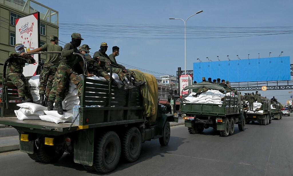 Quân nhân đưa thực phẩm đến một vùng đỏ được siết chặt phong tỏa chống Covid-19 ở Phnom Penh ngày 3/5. Ảnh: AFP.