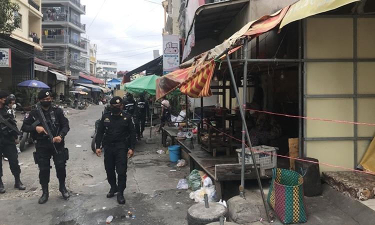 Cảnh sát Campuchia vác súng trường tuần tra ý thức chống dịch của người dân ở Phnom Penh hôm 3/5. Ảnh: Khmer Times.