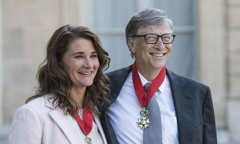 Bill Gates và vợ Melinda nghe bài phát biểu của cựu tổng thống Pháp Francois Hollande, trước khi được trao tặng Huân chương Bắc đẩu Bội tinh tại Cung điện Elysee ở Paris, Pháp, tháng 4/2017. Ảnh: AFP.