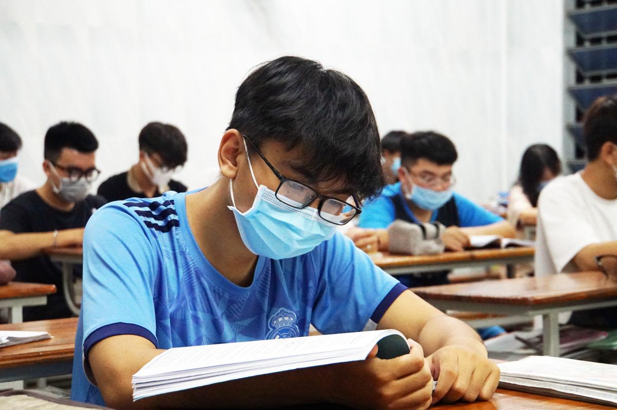 Học sinh lớp 12 trường THPT tư thục  Nhân Văn, TP HCM ôn thi học kỳ II và tốt nghiệp THPT hồi cuối tháng 4. Ảnh: Mạnh Tùng.