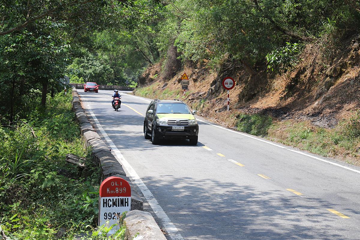 Ôtô qua đèo Hải Vân sau khi trạm thu phí Bắc hầm Hải Vân tăng giá thu phí. Ảnh: Võ Thạnh