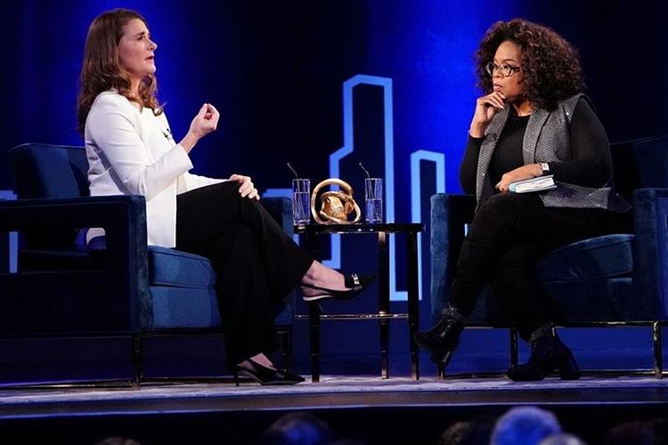 Melinda Gates (trái) trò chuyện với Oprah Winfrey trên sân khấu trong buổi ghi hình ở Manhattan, New York, hồi tháng 2/2019. Ảnh: Reuters