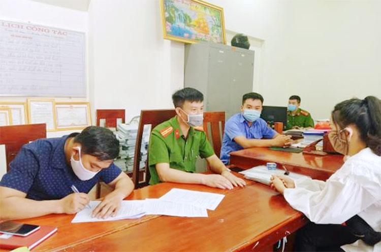 Một số tiểu thương vi phạm quy định phòng dịch bị UBND thị trấn Phố châu, huyện Hương Sơn mời về trụ sở, lập biên bản xử phạt. Ảnh: Khả Sơn