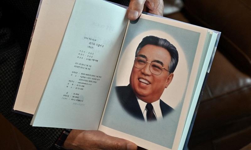 Nhà xuất bản Hàn Quốc Kim Seung-kyun cầm một cuốn trong hồi ký gồm 8 tập của người sáng lập Triều Tiên Kim Nhật Thành tại nhà riêng ở thành phố Goyang, tỉnh Gyeonggi hôm 30/4. Ảnh: AFP.