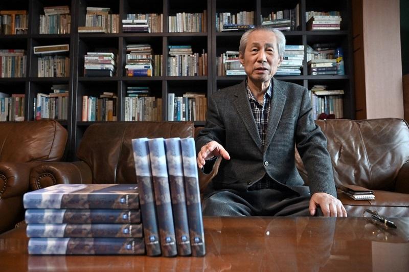 Nhà xuất bản Kim Seung-kyun bên cạnh tập hồi ký Kim Nhật Thành tại nhà riêng ở thành phố Goyang hôm 30/4. Ảnh: AFP.