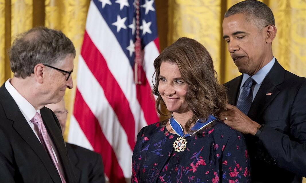 Melinda Gates được Tổng thống Barack Obama trao tặng Huân chương Tự do Tổng thống vào tháng 11/2016, cho những đống góp cải thiện y tế và chống đói nghèo trong lẫn ngoài nước Mỹ. Ảnh: AP.