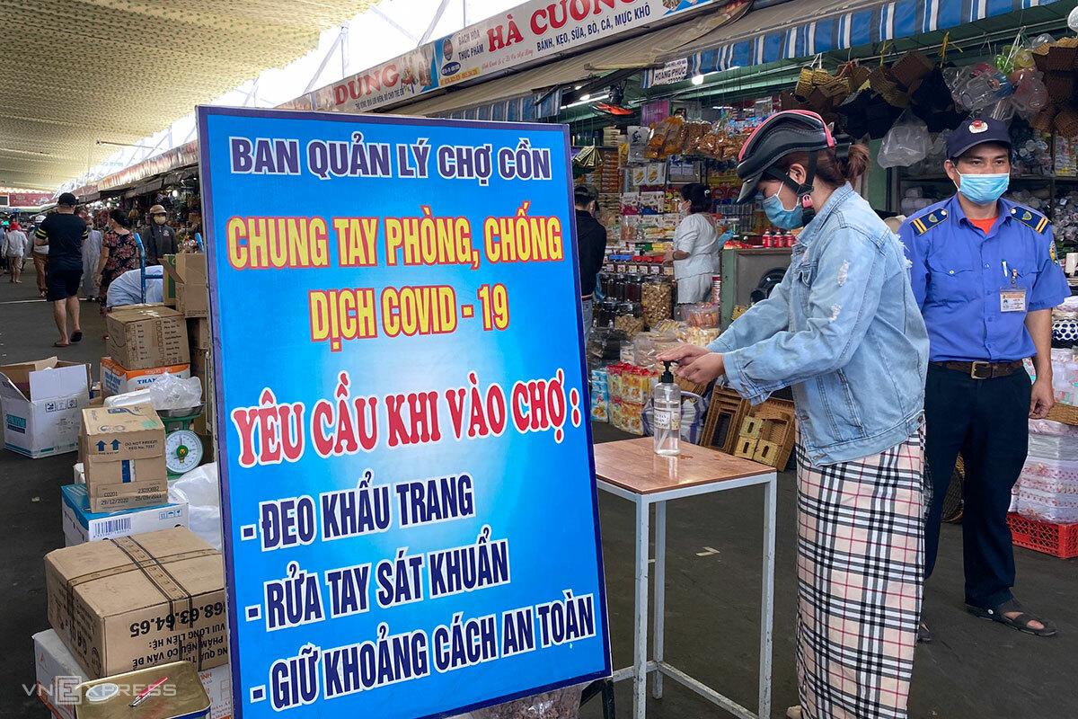 Người dân được yêu cầu đeo khẩu trang, sát khuẩn khi vào chợ Cồn, sáng 4/5. Ảnh: Đông Vân.