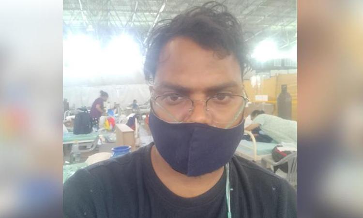 Sadanand Patel tại bệnh viện điều trị Covid-19 Sardar Patel, ngoại ô New Delhi tuần trước. Ảnh: CNN.