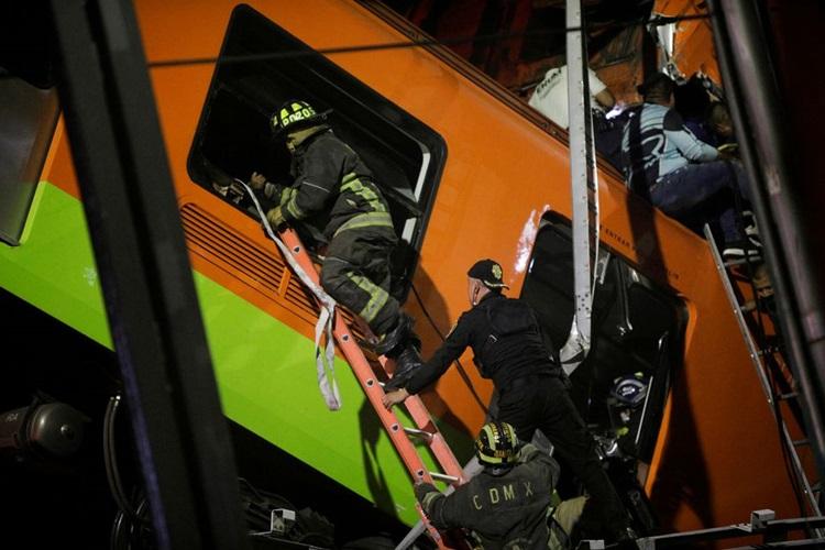 Lực lượng cứu hộ tiếp cận các toa tàu sau tai nạn. Ảnh: Reuters.