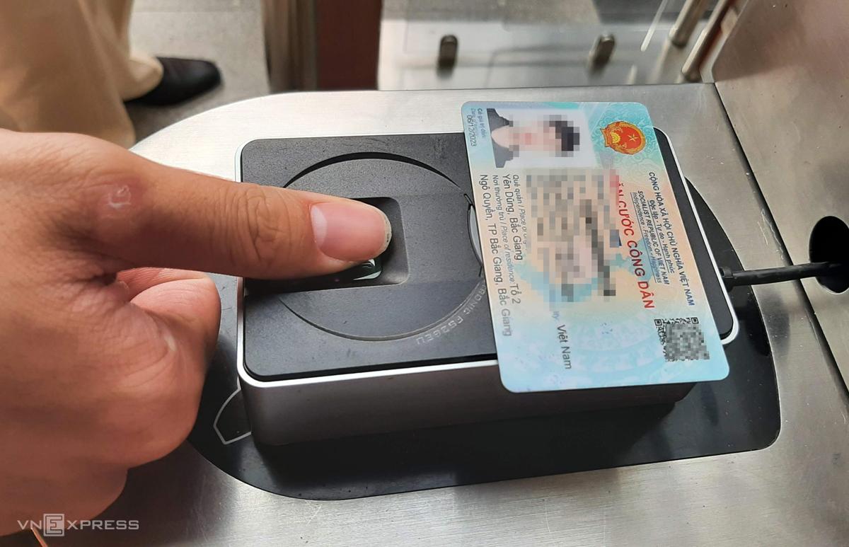 Loại thẻ căn cước mới có thể dùng làm thẻ mở cửa ra vào cơ quan thông qua xác thực thông tin và vân tay. Ảnh:Bá Đô