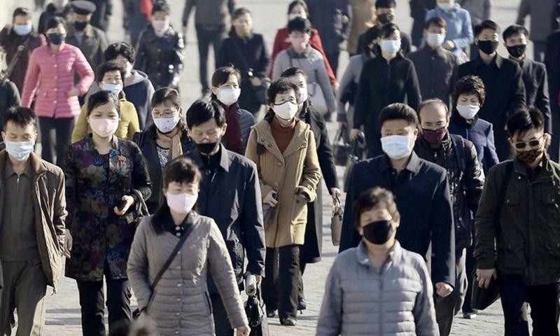 Người dân đeo khẩu trang trên đường phố Bình Nhưỡng, Triều Tiên tháng 3/2020. Ảnh: Reuters.