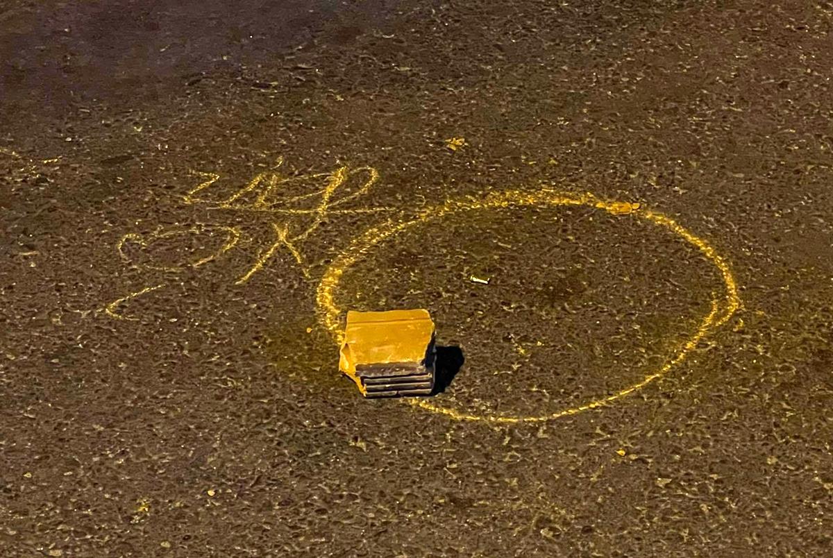 Các dấu vết vụ nổ súng tại hiện trường. Ảnh: Xuân Ngọc.