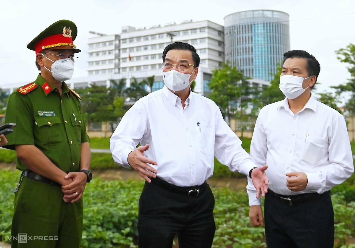 Chủ tịch Hà Nội Chu Ngọc Anh cùng đoàn công tác đi kiểm tra Bệnh viện, chiều 5/5. Ảnh: Giang Huy