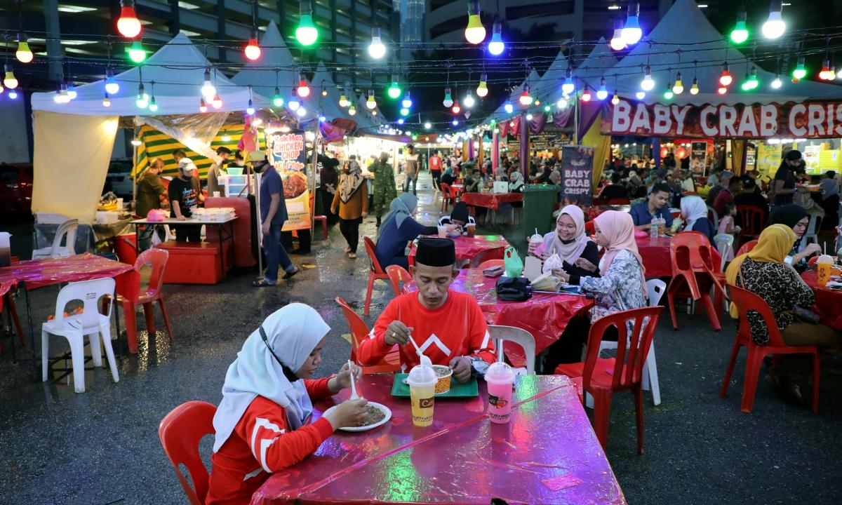 Người Hồi giáo ăn uống tại một khu chợ ở Kuala Lumpur ngày 4/5. Ảnh: Reuters.