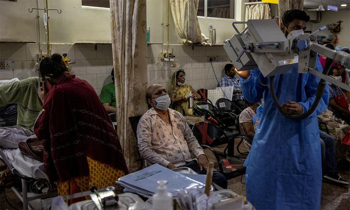 Bệnh nhân Covid-19 trong một bệnh viện ở Ấn Độ. Ảnh: Reuters.