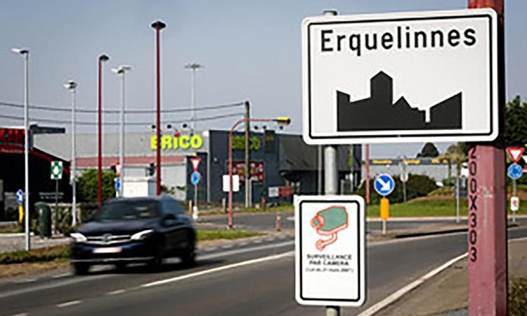 Biển báo tại thị trấn Erquelinnes, tỉnh Hainaut, tây nam Bỉ. Ảnh: Sipa USA.