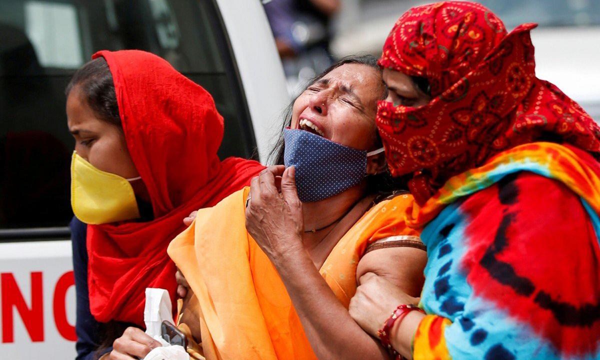 Người phụ nữ Ấn Độ đau khổ sau khi chồng chết vì Covid-19 ở Ahmedabad tháng trước. Ảnh: Reuters.