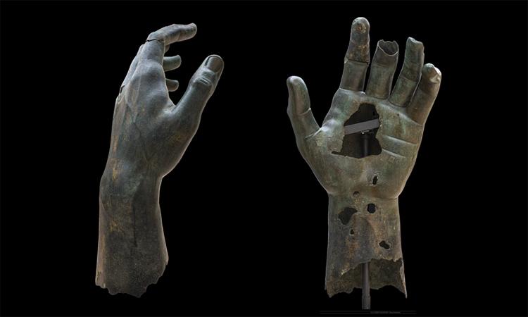 Ngón trỏ được ghép lại vào bàn tay của tượng Constantinus Đại đế. Ảnh: Zeno Colantoni/Musei Capitolini.