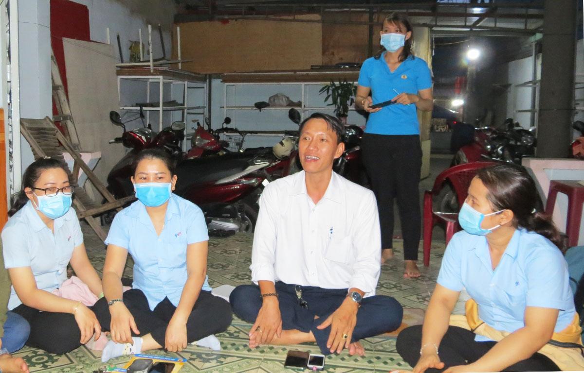 Một buổi tư vấn luật cho công nhân ở Đồng Nai. Ảnh: Lê Tuyết.