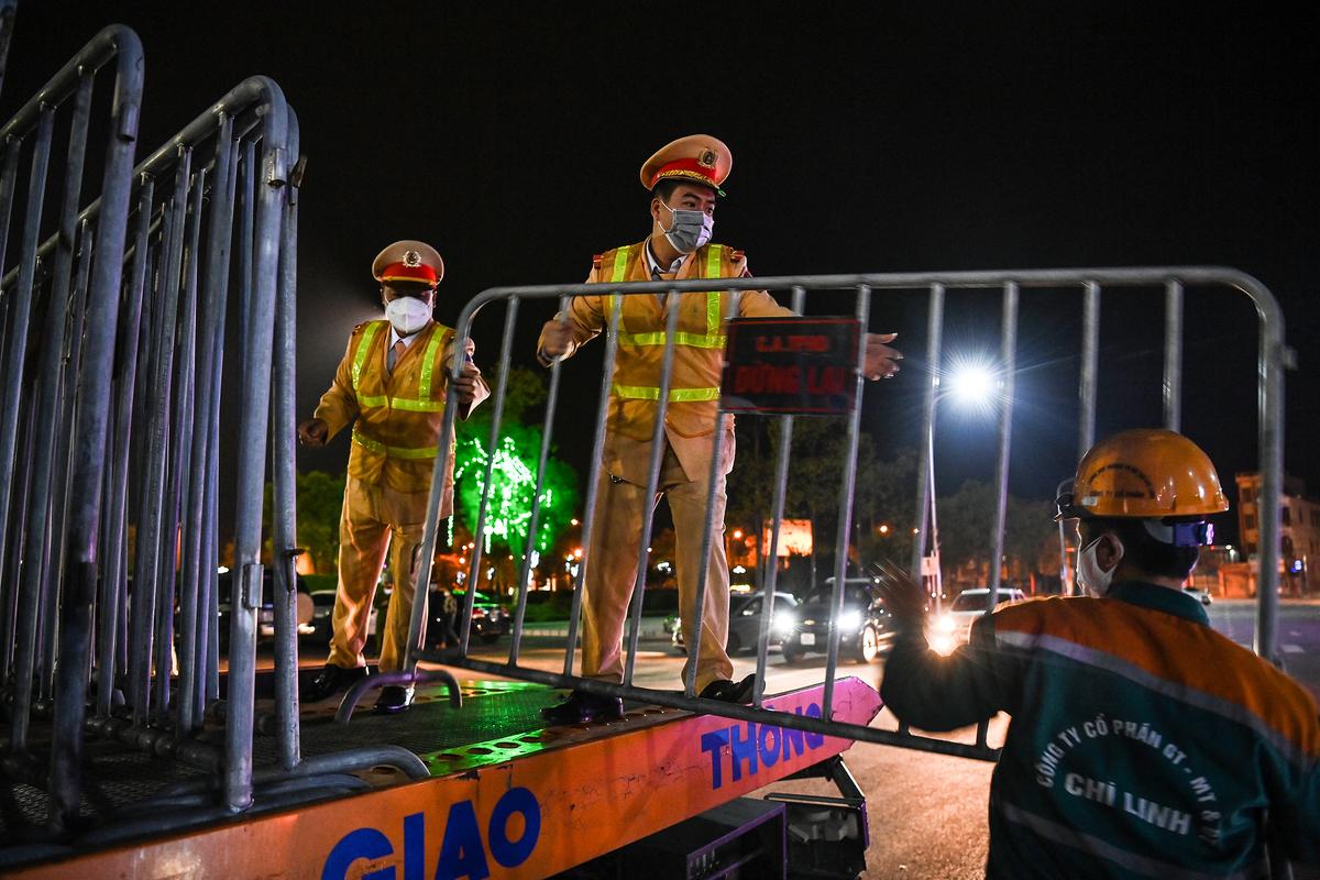 Cảnh sát dỡ rào chắn khi Hải Dương hết cách ly xã hội toàn tỉnh, hôm 3/3. Ảnh: Giang  Huy